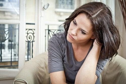 Mulher preocupada sem autocontrole