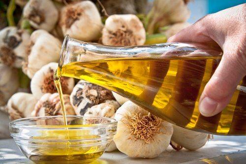Tratamento hidratante de alho e azeite de oliva para as unhas