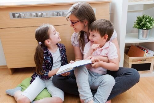 Mãe lendo para crianças dislexicas