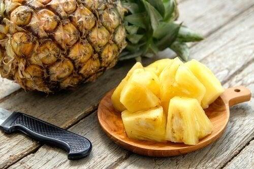Consumir abacaxi para ter uma pele livre de impurezas