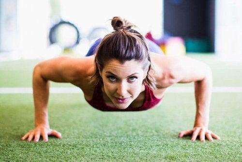 Mulher exercitando o abdômen