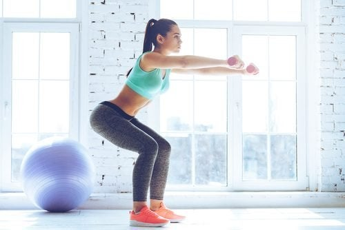 Mulher se mantendo em forma