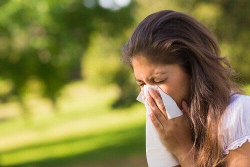 Mulher com resfriado e sinusite