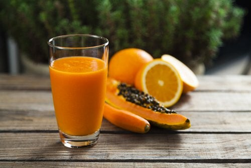 Suco de babosa, mamão e laranja ajuda a limpar o cólon