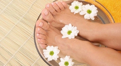Os banhos de vinagre de maçã são um dos remédios populares contra o pé de atleta