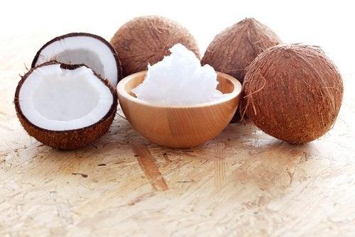 Óleo de coc para preparar um gel caseiro para rejuvenescer a pele