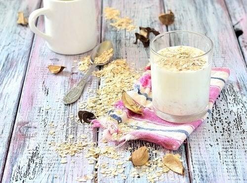 Os benefícios de consumir leite de aveia