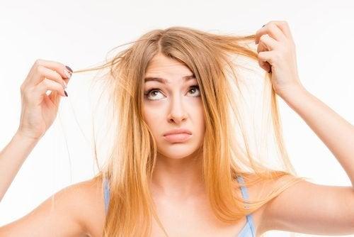 Moça com o cabelo seco