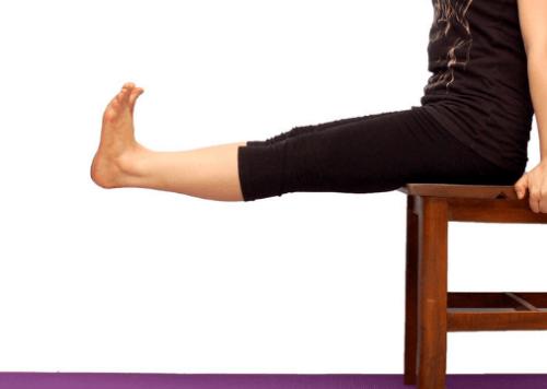 Mulher fazendo exercícios para as pernas: esticar