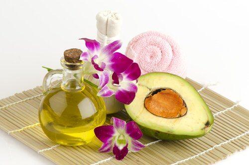 Azeite e abacate para tratar calcanhares rachados