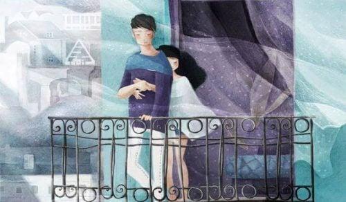 Casal abraçado na varanda em tons de azul