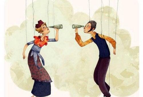 Casal de marionetes olhando-se por um binóculo