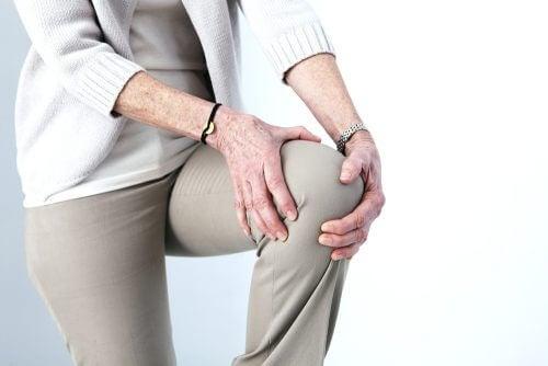 Mulher com dor no joelho por causa da artrose