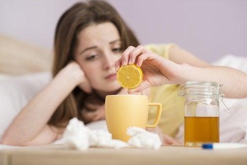 Chá de limão ajuda a aliviar a coceira na garganta