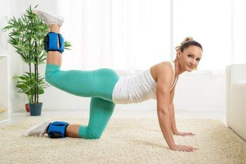 Exercício de quatro apoios (coice) paratonificar seus glúteos