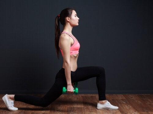 Exercício de agachamento paratonificar seus glúteos