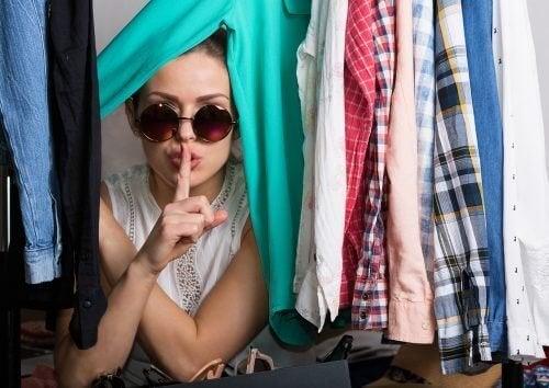 Compradora compulsiva escondendo as compras