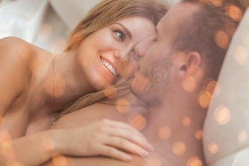 Casal abraçado se olhando na cama