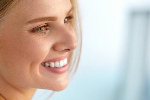 Mulher com pele bonita graças a vitaminas