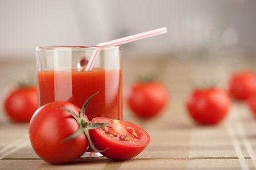 Depure-se uma vez por semana com suco de tomate, alho e açafrão