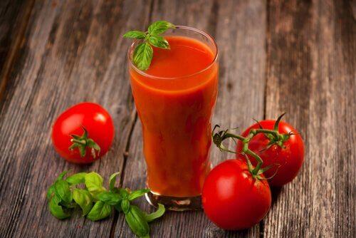 Depure-se uma vez por semana com suco de tomate