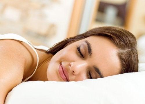 Dormir bem para prevenir a queda de cabelo