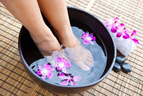 Escalda-pés para tratar os calos na pele