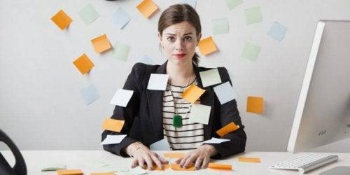 Mulher sofrendo de estresse no trabalho
