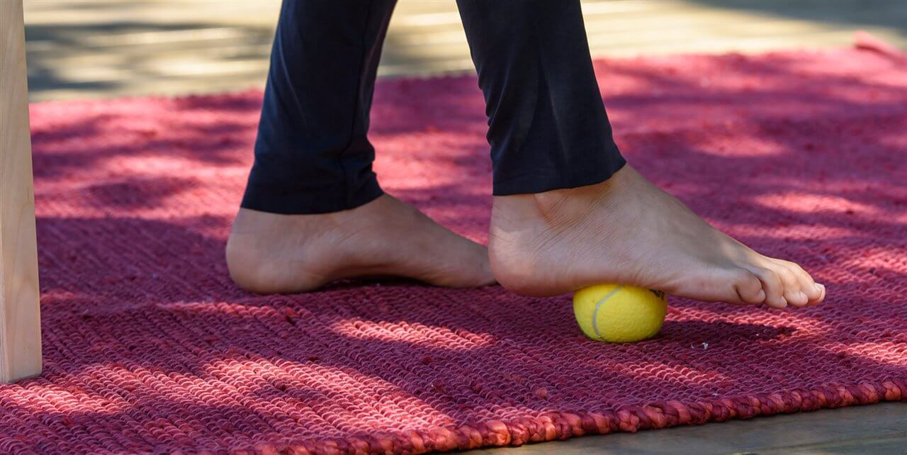 Exercício com bola para tratar o esporão de calcâneo