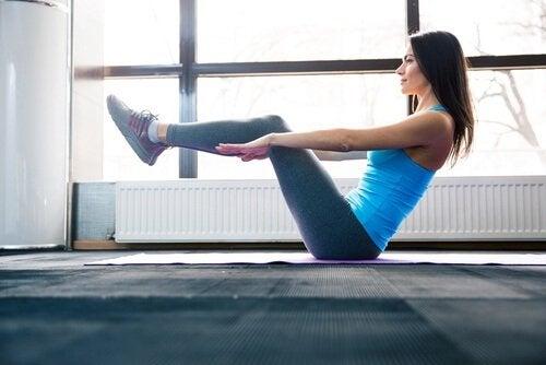 Movimento para exercitar o abdômen