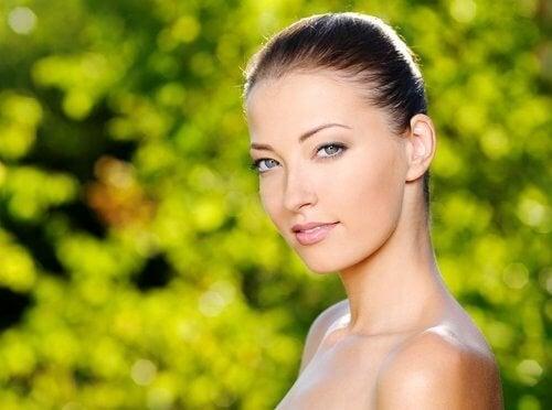 Mulher com a pele bonita e saudável