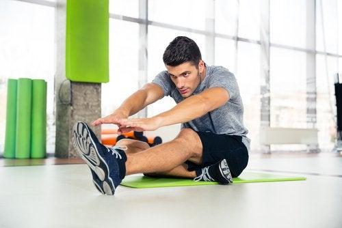 Homem fazendo exercício sozinho