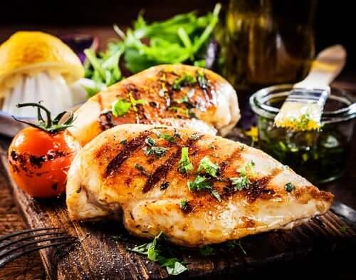 Quando preparado de forma grelhada, no forno ou no vapor, o frango contém proteínas de excelente qualidade