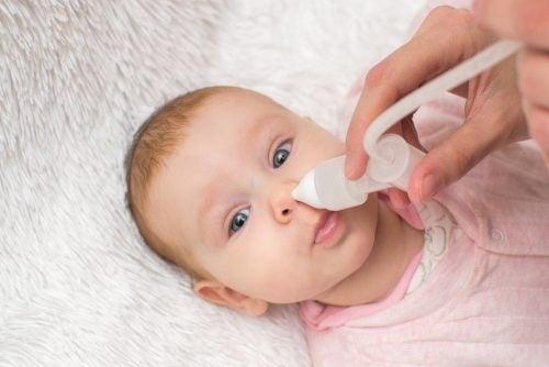 Limpeza do nariz de um bebê