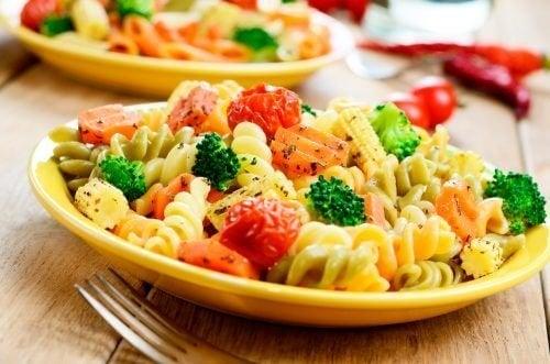 Macarrão e vegetais para perder peso