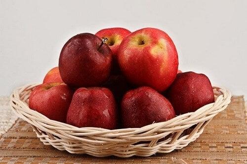 Devido ao seu teor de quercetina, a maçã ajuda a diminuir o colesterol e o risco de sofrer de doenças cardiovasculares