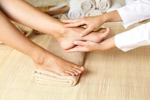 Massagem nos pés para evitar a má circulação nas pernas