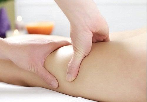 Massagem nas pernas para combater as microvarizes