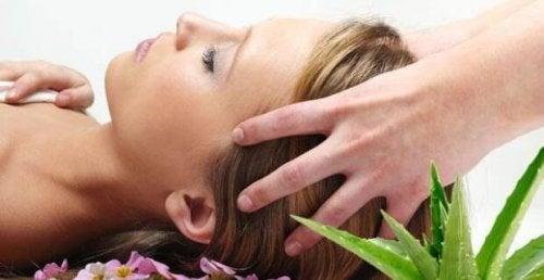 Massagens capilares para prevenir a queda de cabelo