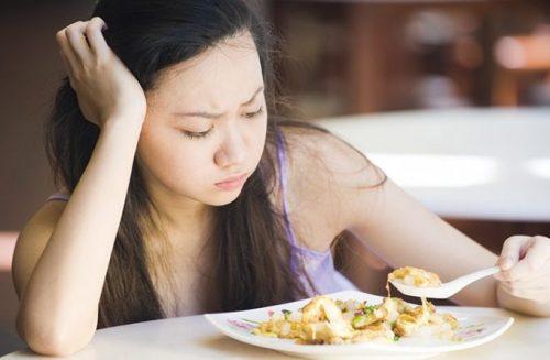 Mulher sem apetite por problemas na vesícula biliar