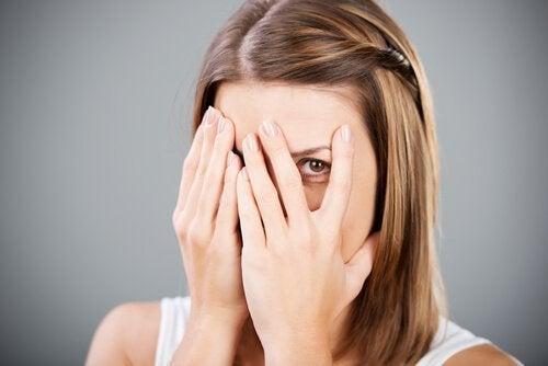 Mulher cobrindo o rosto