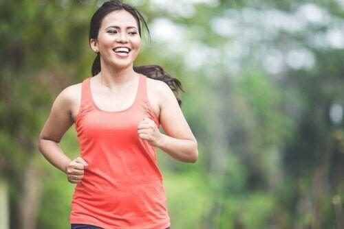 Mulher fazendo exercícios para eliminar a gordura abdominal