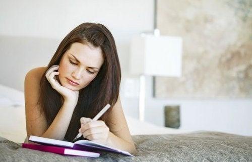 Mulher estudando para fortalecer a memória