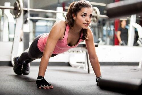 Mulher fazendo exercício para complementar a dieta com sementes de chia