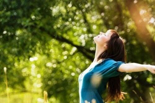 Mulher feliz por alcançar a maturidade emocional