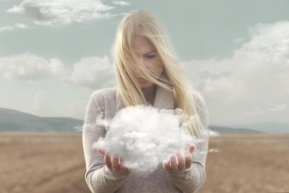 Mulher loira segurando nuvem