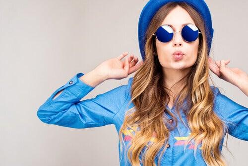 Mulher com roupas e óculos azuis