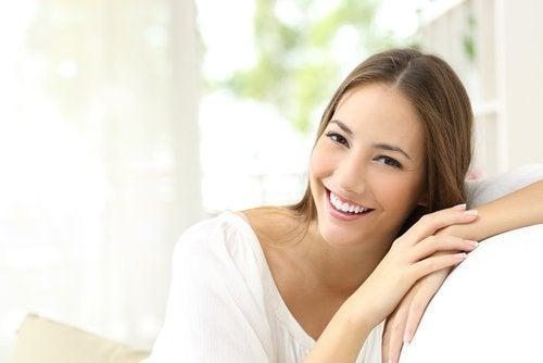 Mulher sorrindo, feliz