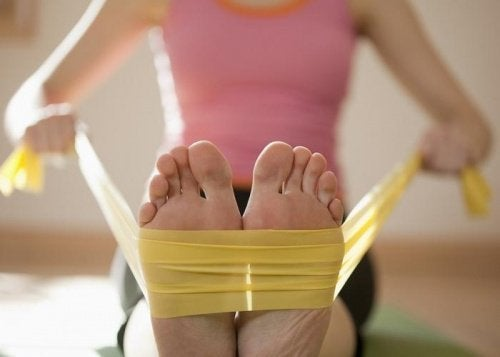 Mulher fazendo exercício para fortalecer os pés