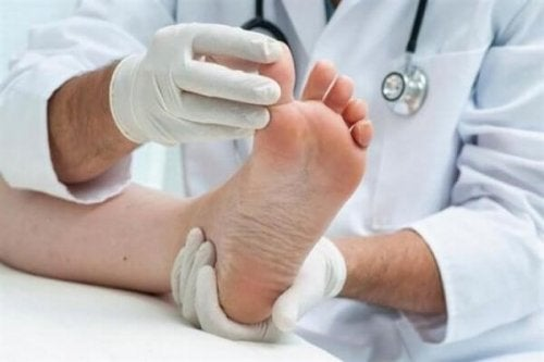 Médico fazendo exercício para fortalecer os pés